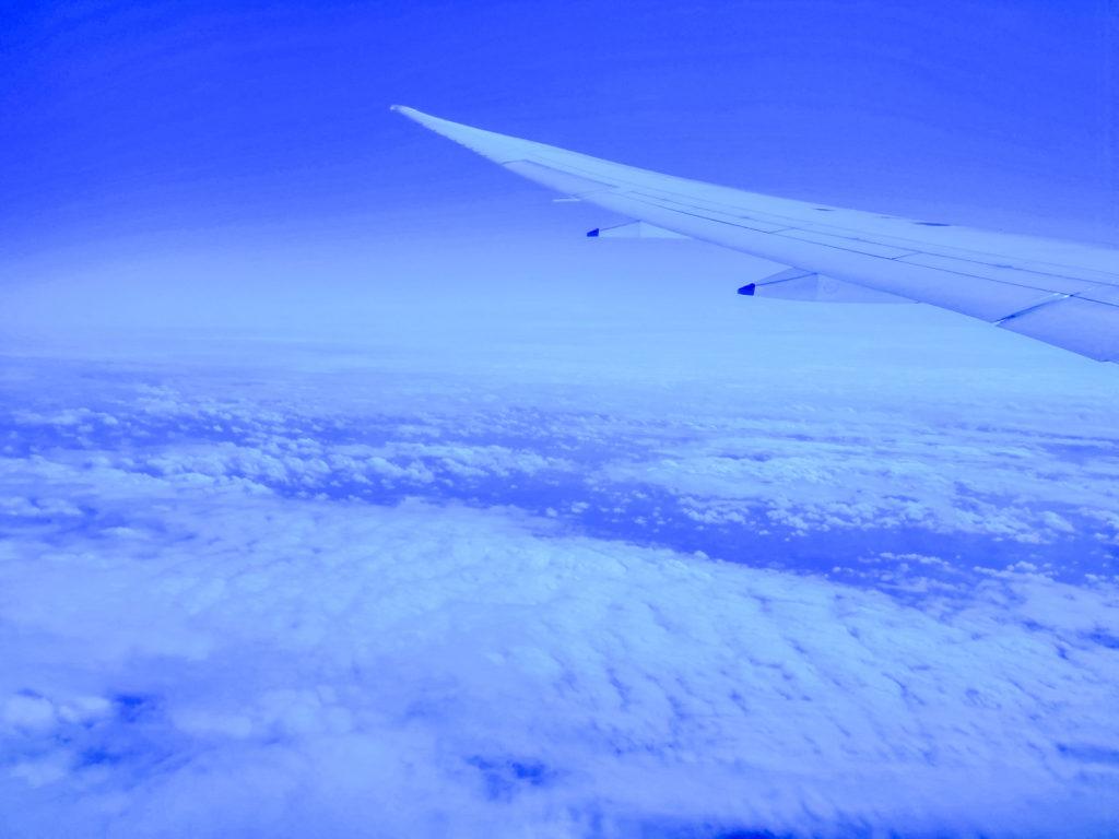 青い空を窓から