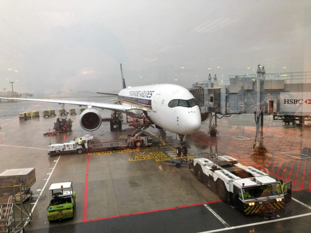 雨に濡れるSQ964便
